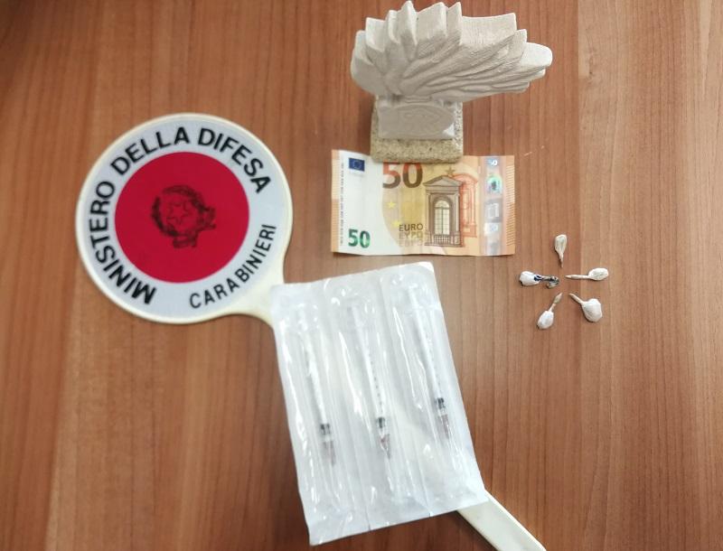 Pusher arrestato dai Carabinieri mentre effettua lo scambio droga-denaro