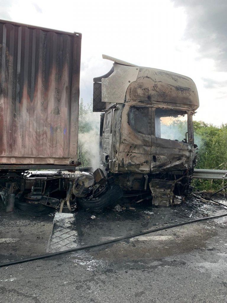 Scoppia un pneumatico e la cabina dell'autocarro si incendia
