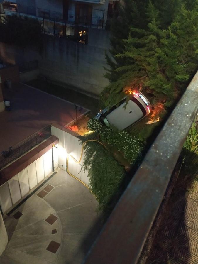 Benevento. In via Lepore un Range Rover sfonda una ringhiera e vola nel giardino sottostante