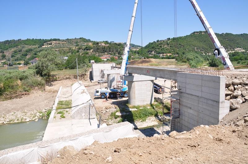 Varata la prima trave per il nuovo ponte sul fiume Ufita