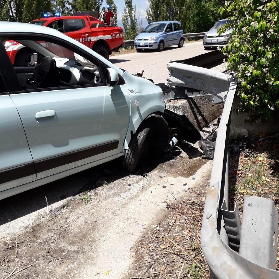 Benevento.Giovane perde il controllo dell'auto e si schianta su un guardrail
