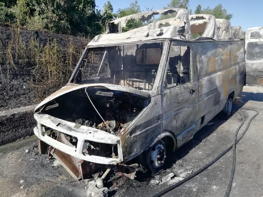 Benevento. Prende fuoco furgone sul raccordo per Castel del Lago.