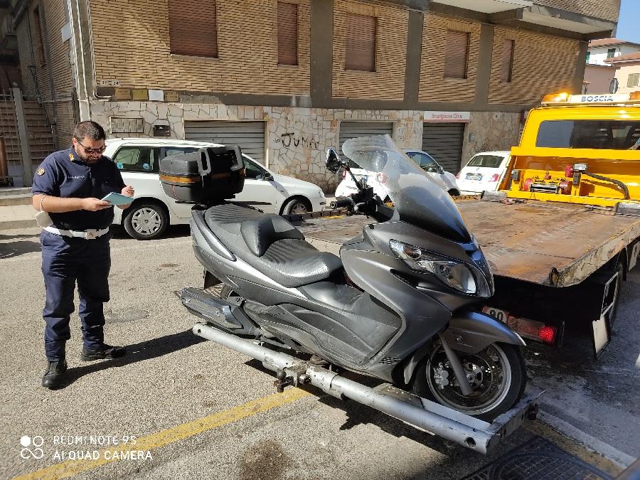 Benevento. La Polizia Municipale rimuove scooter parcheggiato su stallo per invalidi