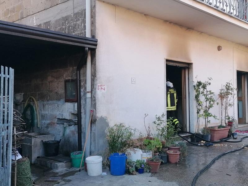Dugenta. Incendio in una casa all'alba, muore una 59enne