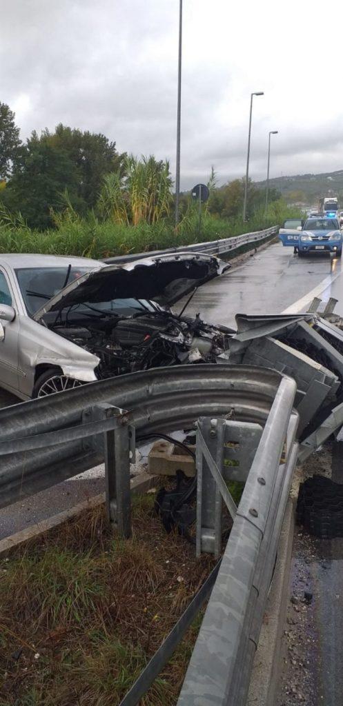 Maltempo, automobilista perde il controllo e finisce la corsa contro un guardrail