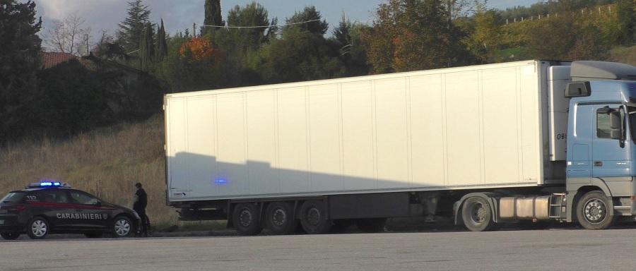 Benevento,camion frigo con clandestini a bordo. Arrestato l'autista 64enne di nazionalità bulgara