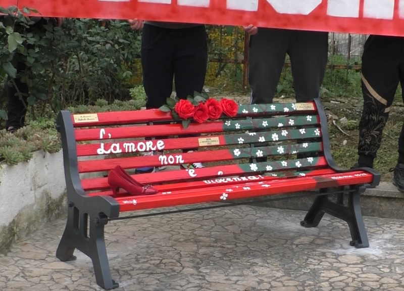Benevento. Giornata contro la violenza sulle donne, una panchina rossa in ricordo di Miriam e Raffaella