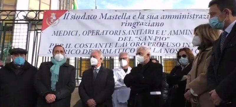 """Uno striscione per  ringraziare i medici e gli operatori sanitari della città.Mastella: """"un atto doveroso"""""""