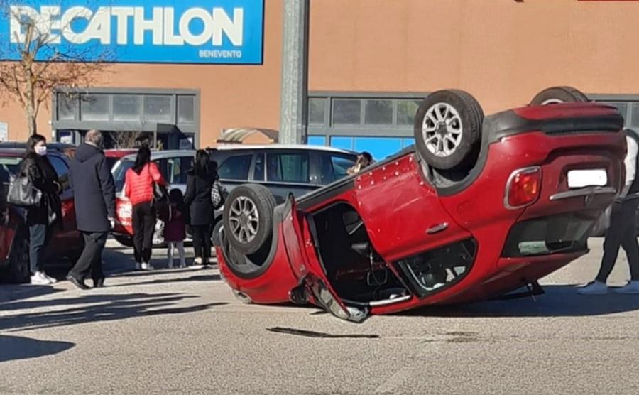 """Benevento. Spettacolare incidente nel parcheggio del Centro Commerciale """"Buonvento""""."""