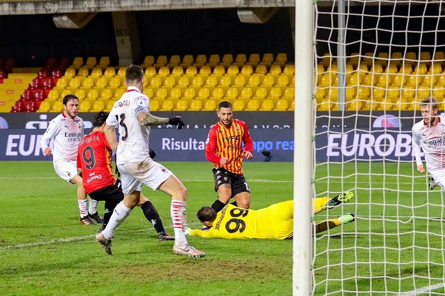 Per il Benevento una gara sfortunata, il Milan ringrazia. Benevento 0 Milan 2
