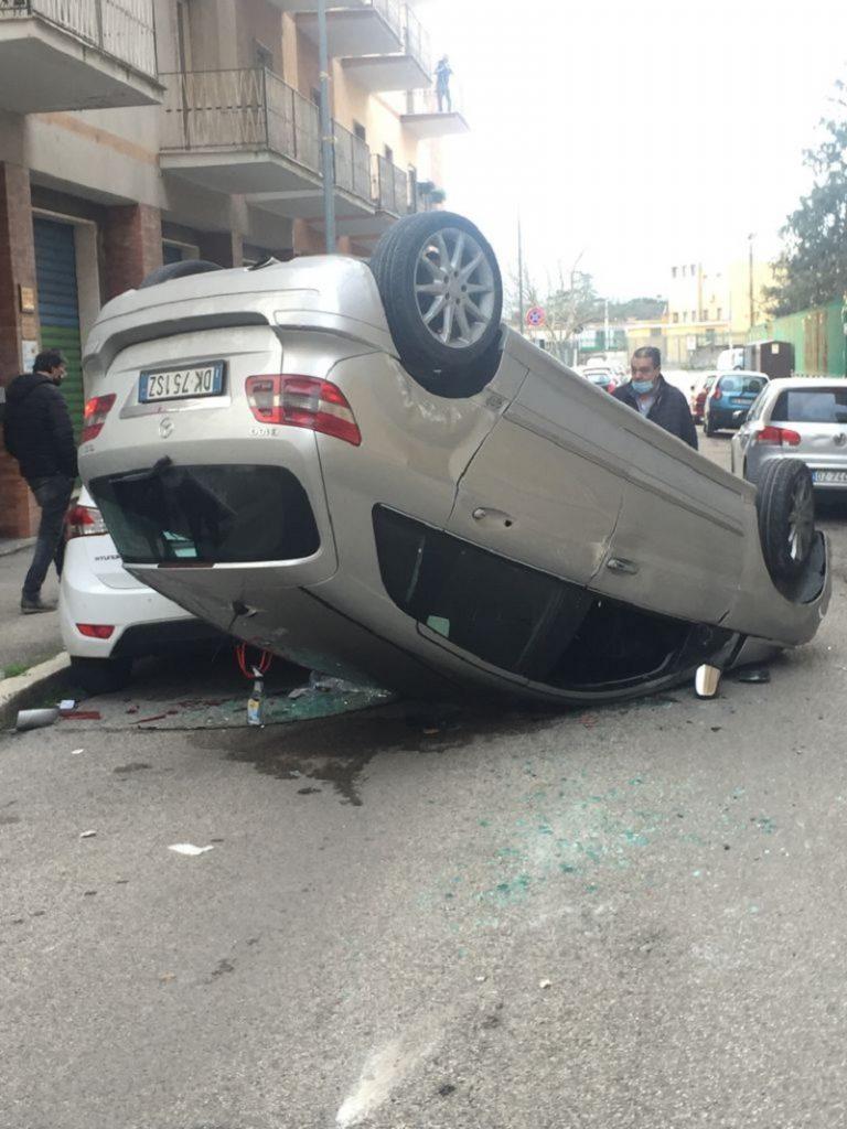 Spettacolare capovolgimento di un autovettura in via Munazio Planco.Colpite e danneggiate altre due autovetture