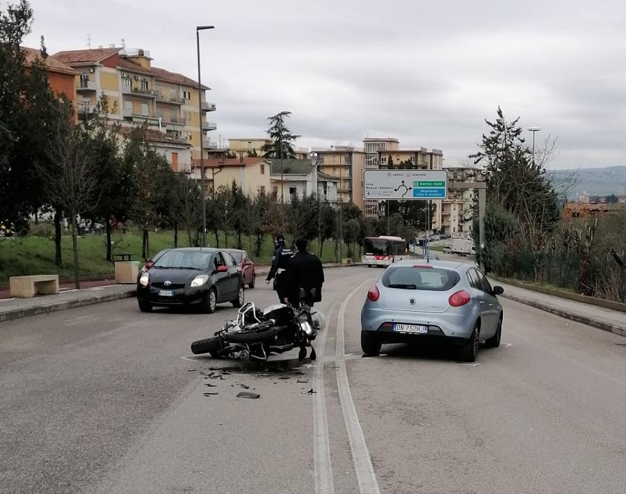Incidente in città.In via Aldo Moro si scontrano una moto con una Fiat Bravo.Centauro trasportato in ospedale.