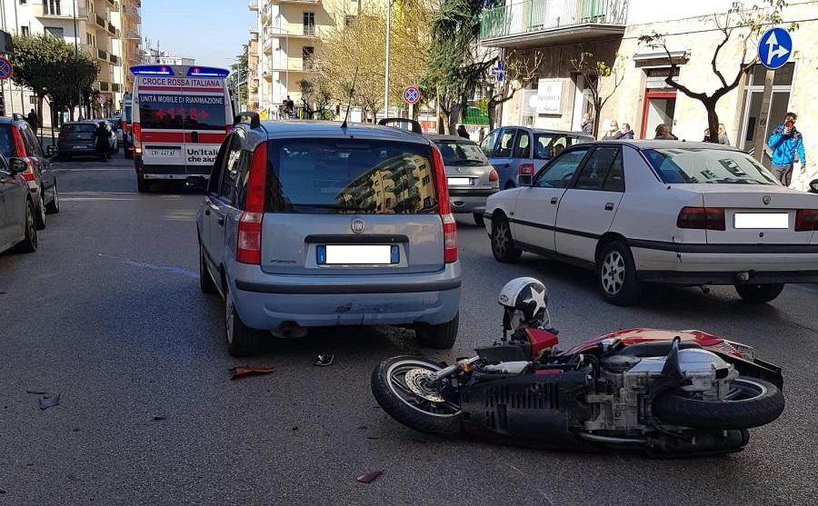 Violento impatto tra auto e moto al viale Mellusi.Il conducente del motociclo in codice rosso.