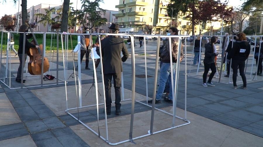 MUSICISTI IN GABBIA :  a Benevento, contro l'isolamento degli artisti