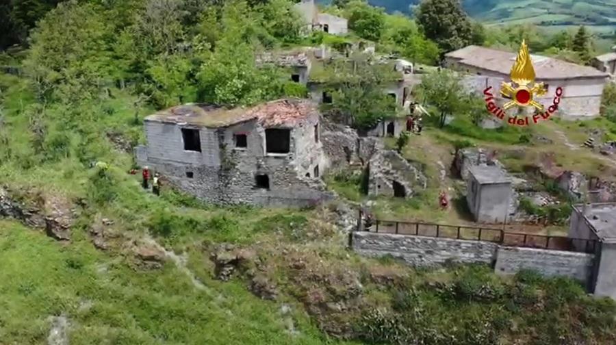 Oltre cento vigili del fuoco,in esercitazione nel paese abbandonato dopo il terremoto in provincia di Avellino