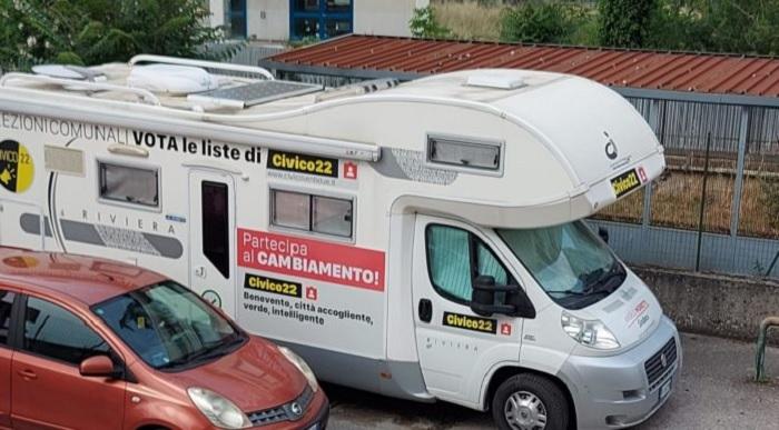 """""""Viaggio in città"""" con un Camper: una azione di ascolto attivo per la coalizione Arco con il candidato sindaco Angelo Moretti"""