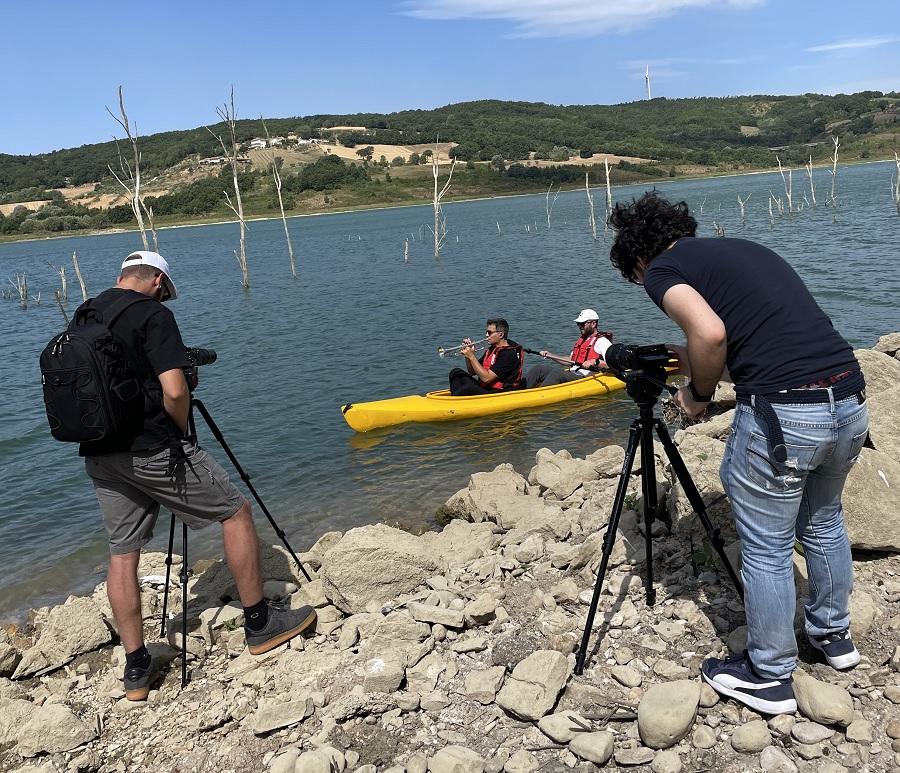"""""""Girare un video in canoa è divertente ed emozionante"""". Luca Aquino ospite del WWF per il progetto """"Natura in Musica"""""""