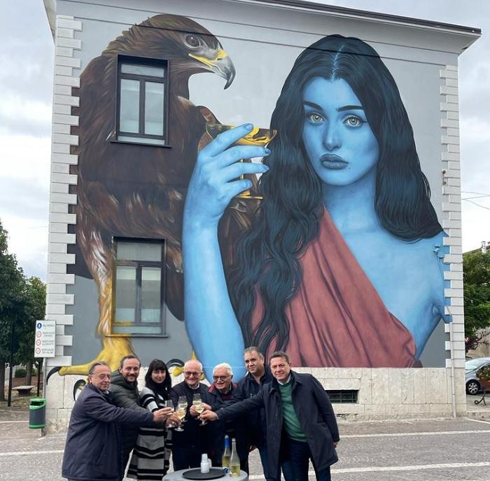 """Castelvenere: inaugurato murale dedicato a Ebe, prima """"donna sommelier"""" della mitologia greca"""