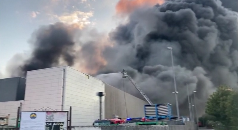 Airola. Incendio nella zona industriale, colonna di fumo altissima