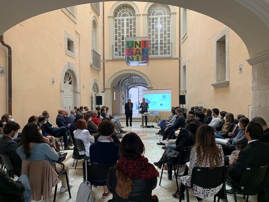 Ciclo di Seminari sul Digitale dell'Università del Sannio. Gli studenti dialogano con don Luca Peyron.