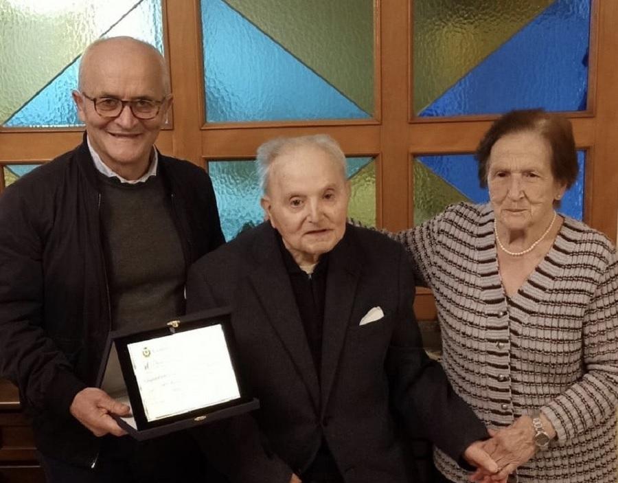 Castelvenere: il sindaco dona targa ricordo a coppia di coniugi per Nozze d'Oro.